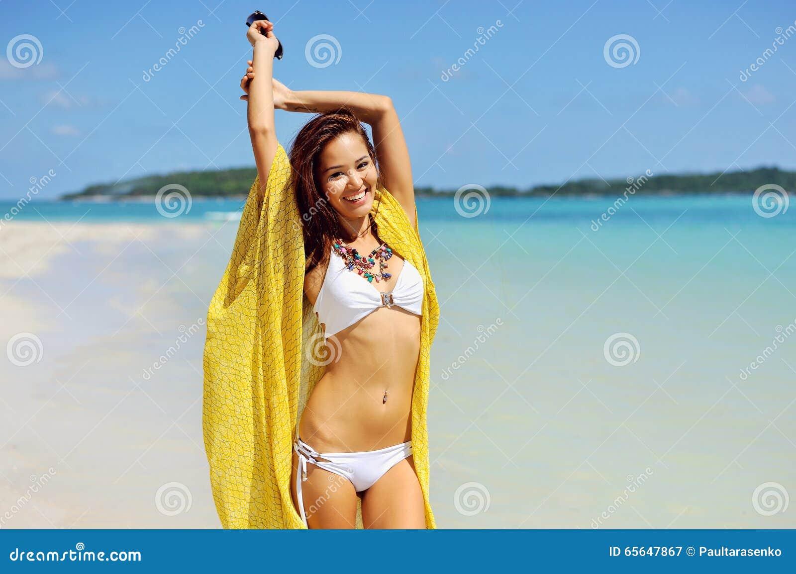 Femme heureuse détendant à la plage Concept de vacances d été
