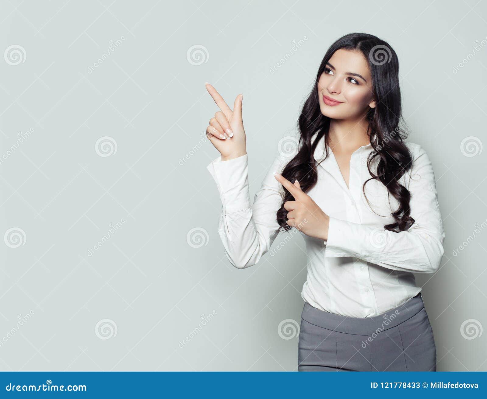 Femme heureuse d affaires indiquant son doigt l espace vide de copie