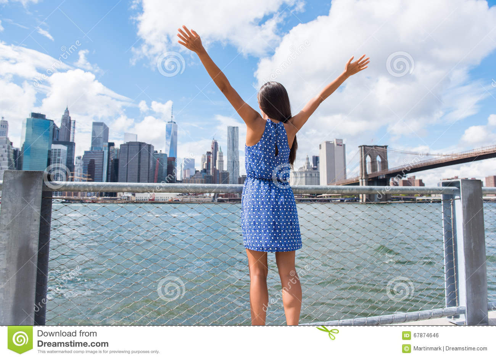 Femme heureuse de liberté encourageant à l horizon urbain de NYC New York City
