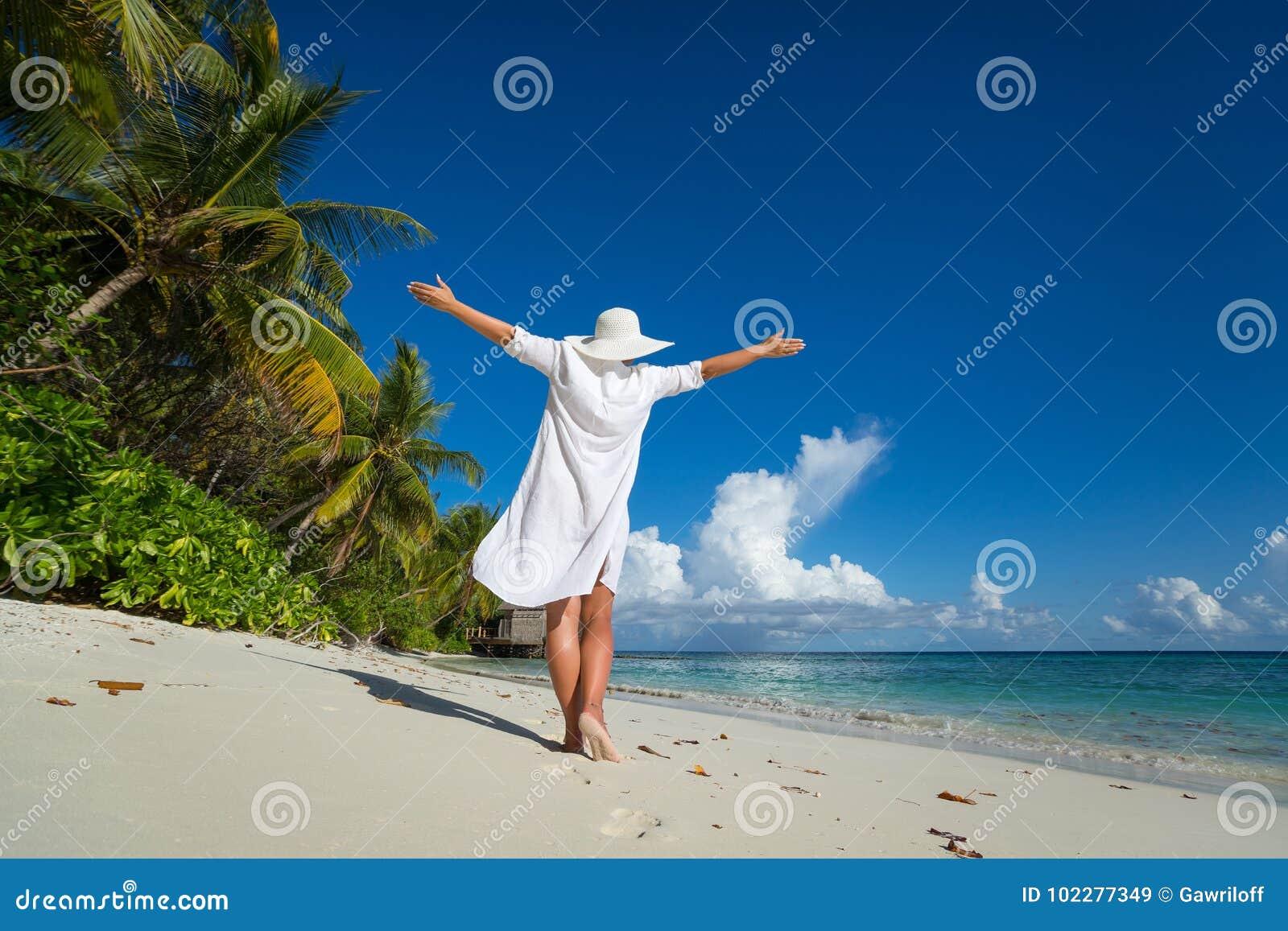 Femme heureuse libre sur la plage appréciant la nature Fille naturelle o de beauté