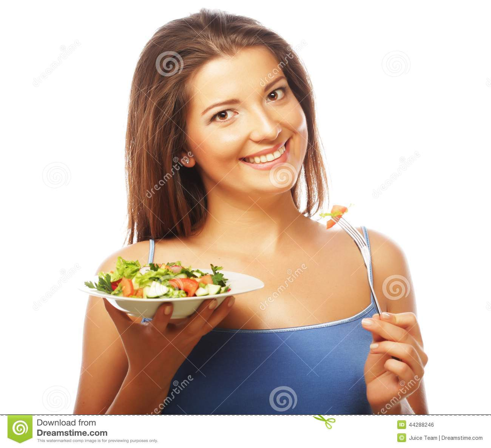 Femme heureuse mangeant de la salade