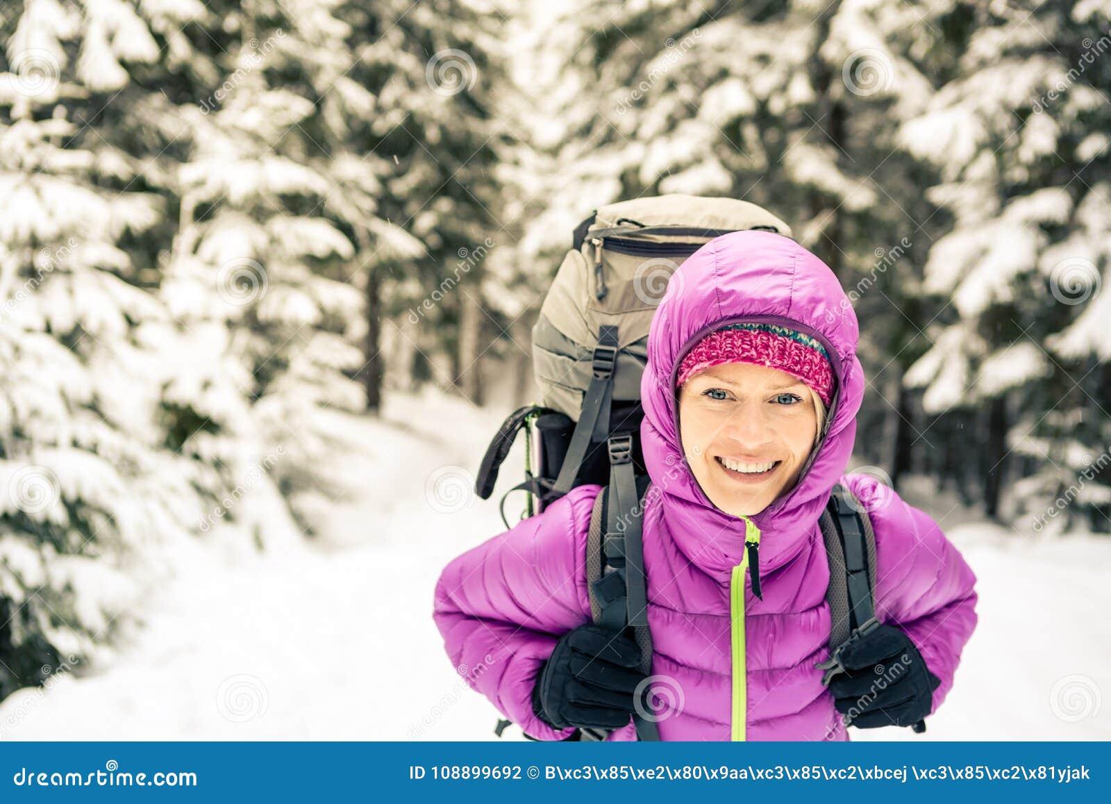 D'hiver Le Dans Forêt Sac Marchant Dos La Heureuse À Avec Femme qUzVSpM