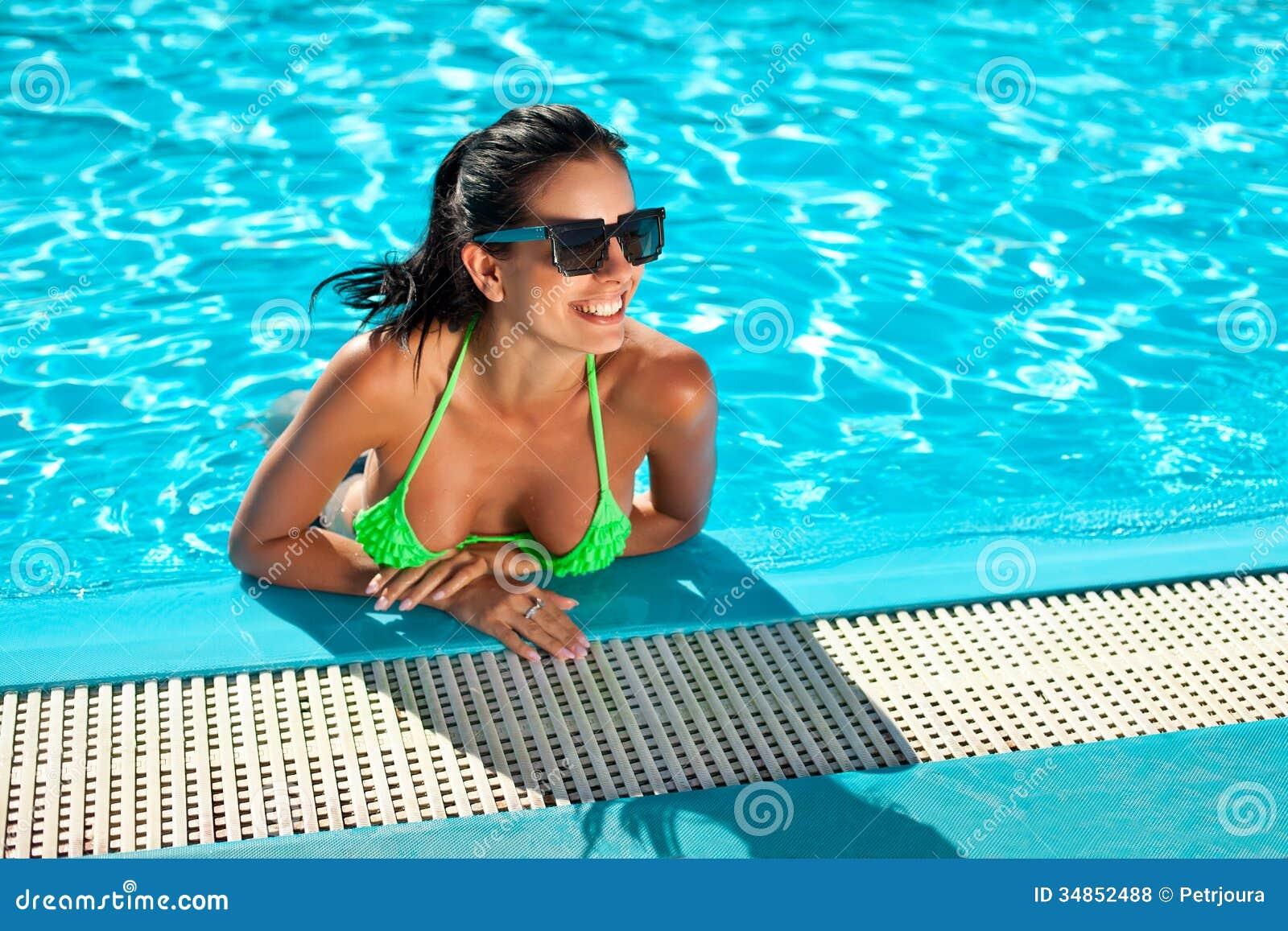 femme heureuse mignonne de bikini avec le sein int ressant dans la piscine photos libres de. Black Bedroom Furniture Sets. Home Design Ideas