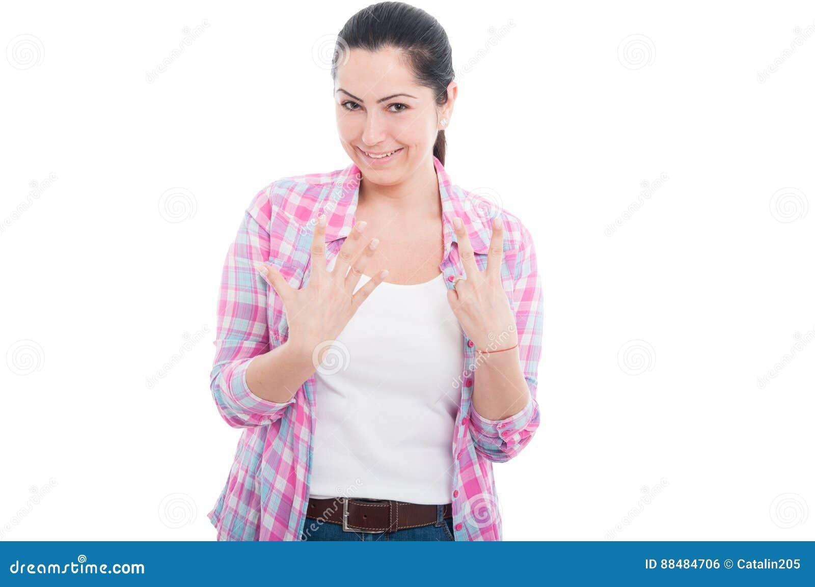Femme heureuse montrant sept doigts