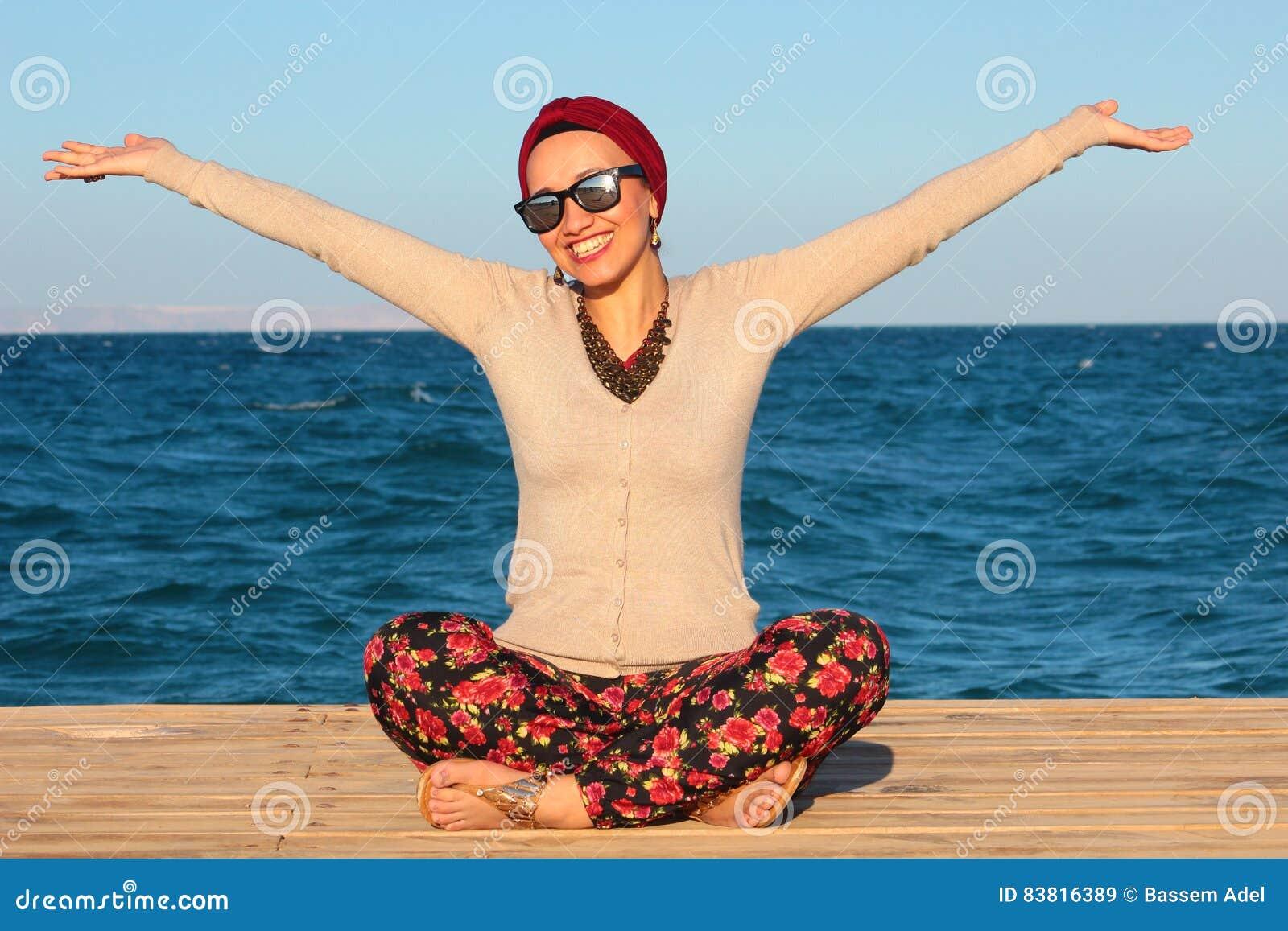 Femme heureuse par le bord de la mer