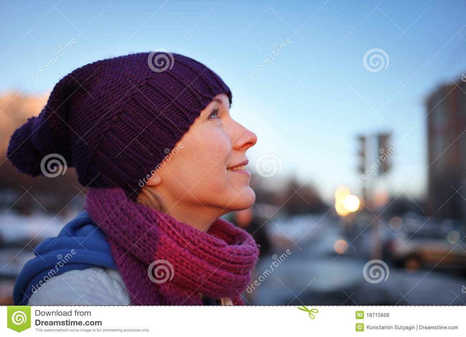 Femme heureuse rêvassant