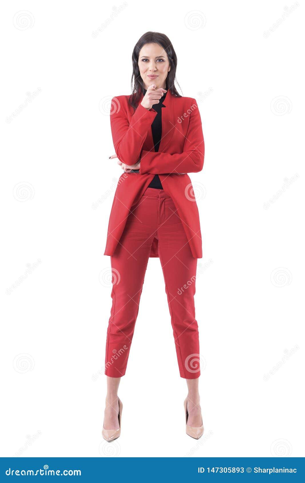 Femme heureuse sûre amicale d affaires dans le costume rouge dirigeant le doigt à l écran vous choisissant