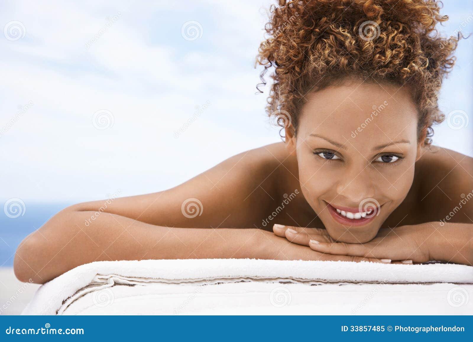 Femme heureuse se trouvant sur le Tableau de massage