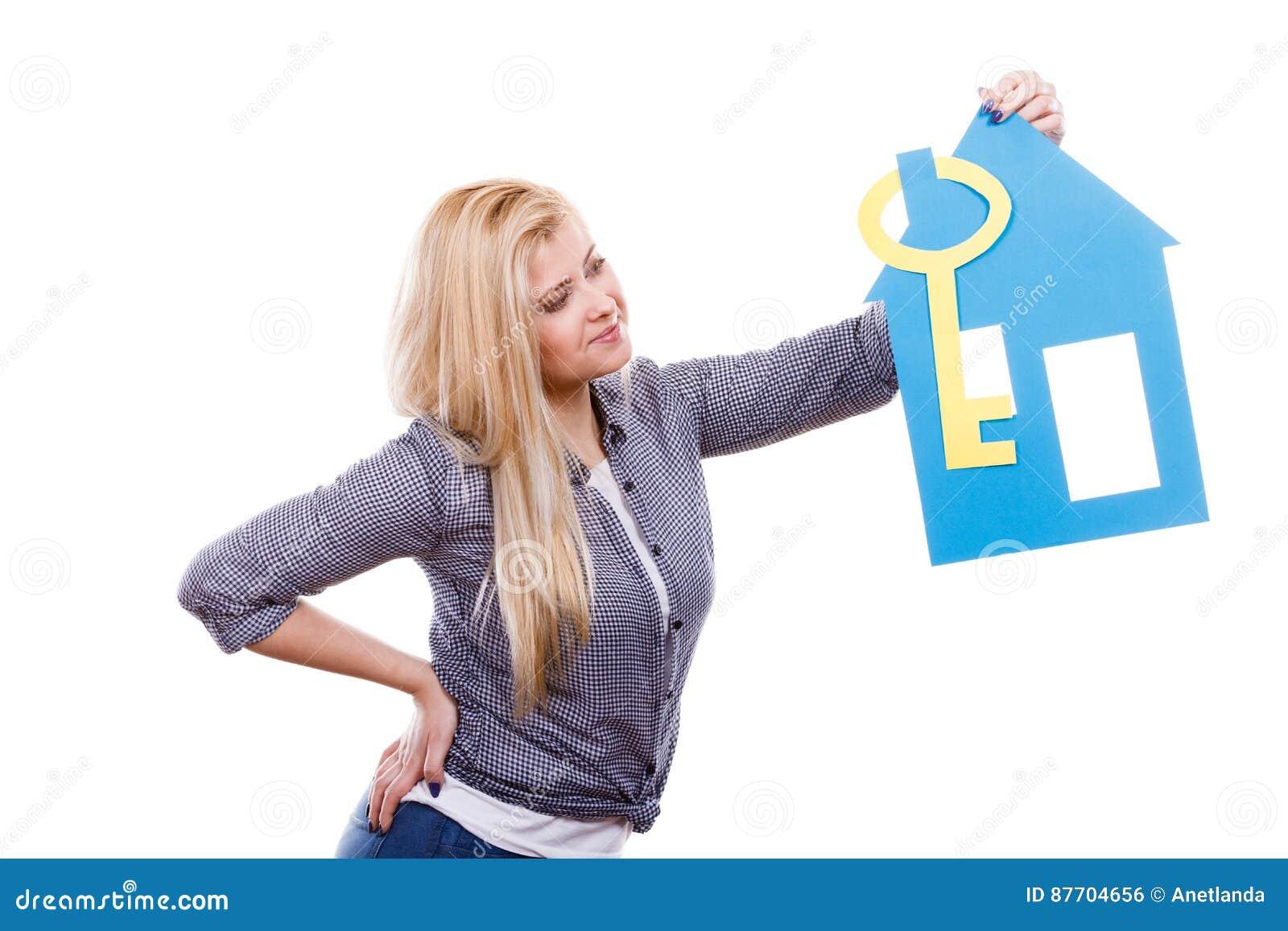 Femme heureuse tenant la maison de papier bleu