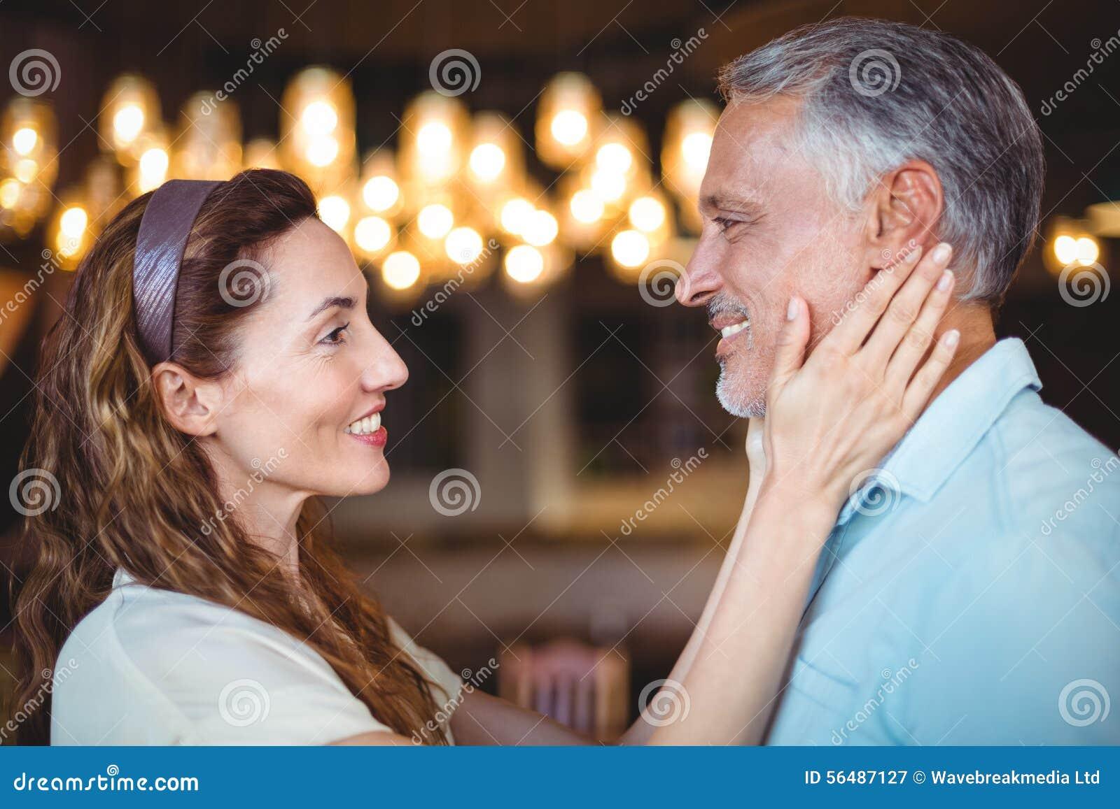 Femme heureuse touchant son mari