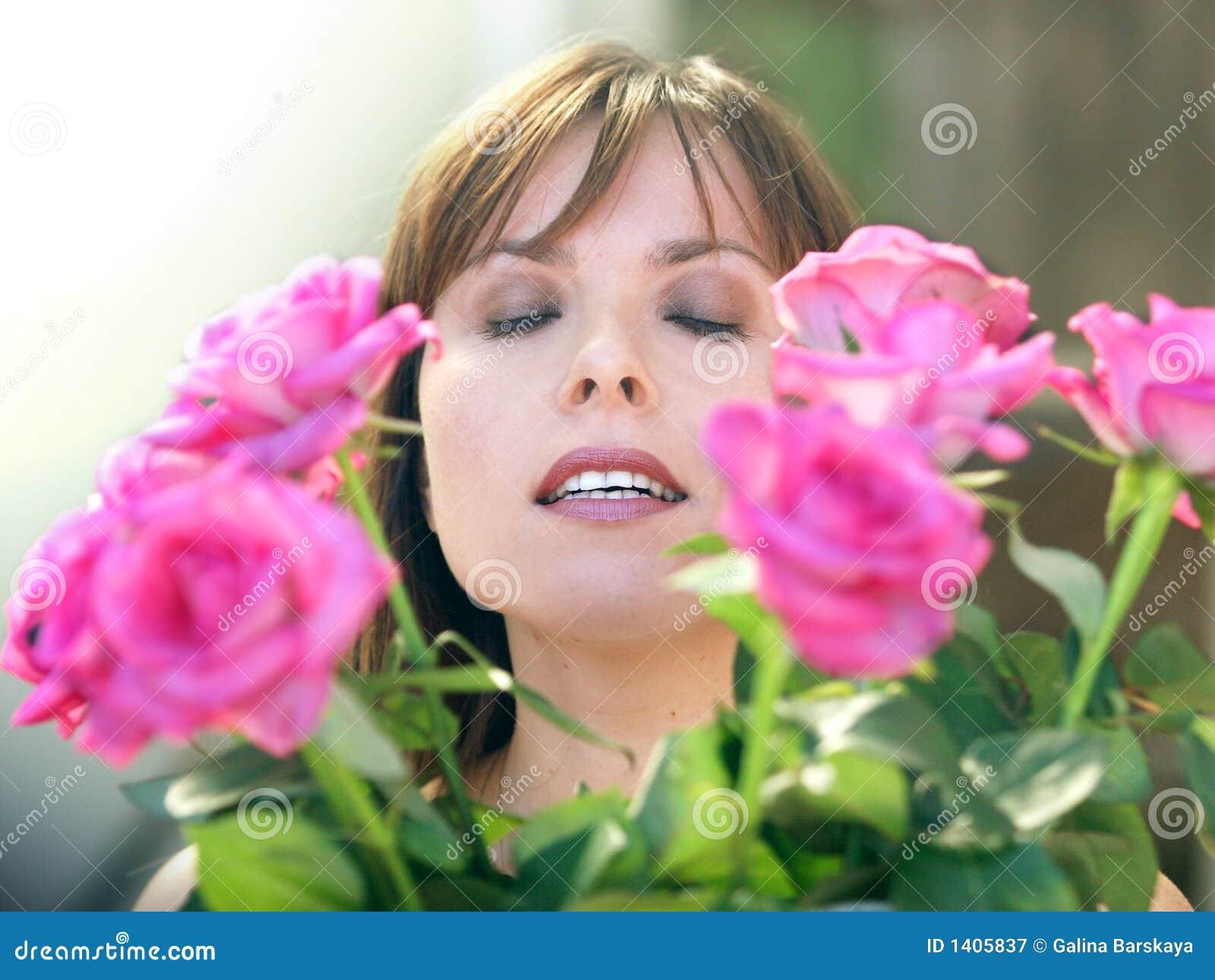 Femme heureux avec des roses