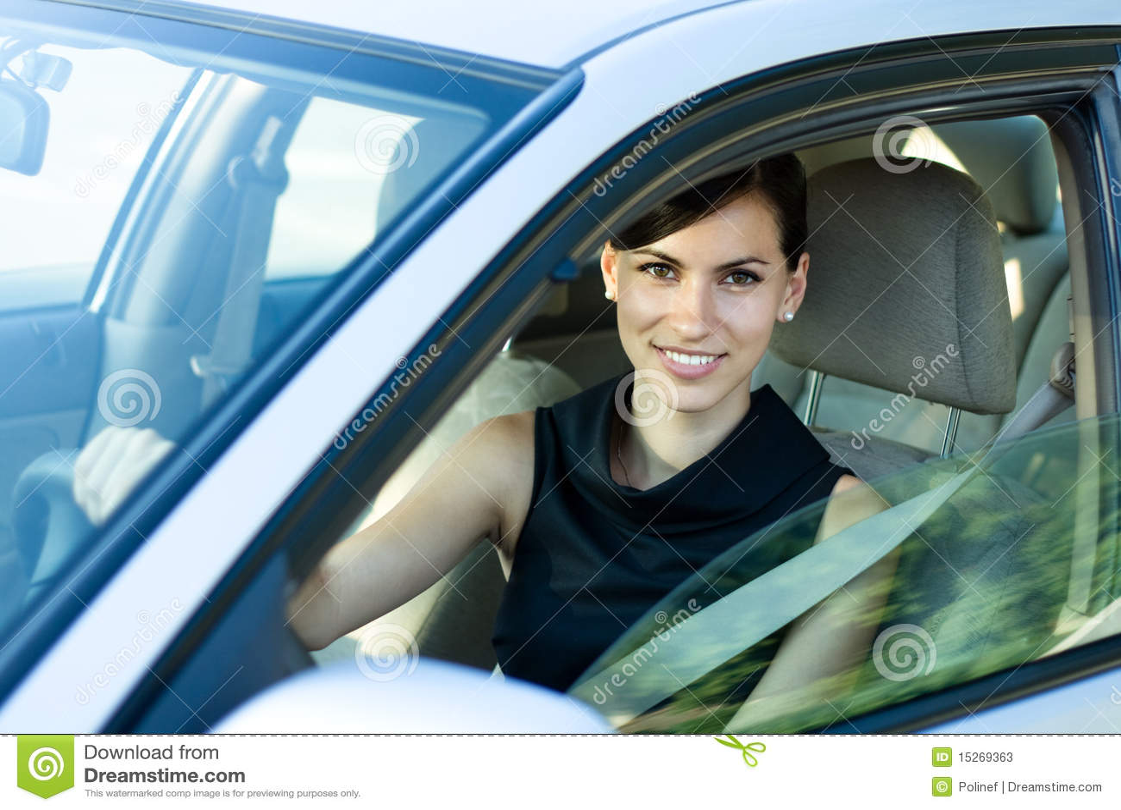 Femme heureux conduisant le véhicule
