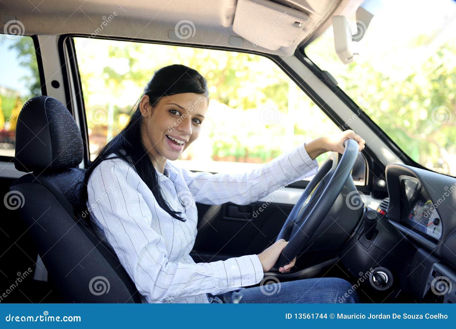 Femme heureux conduisant son véhicule neuf