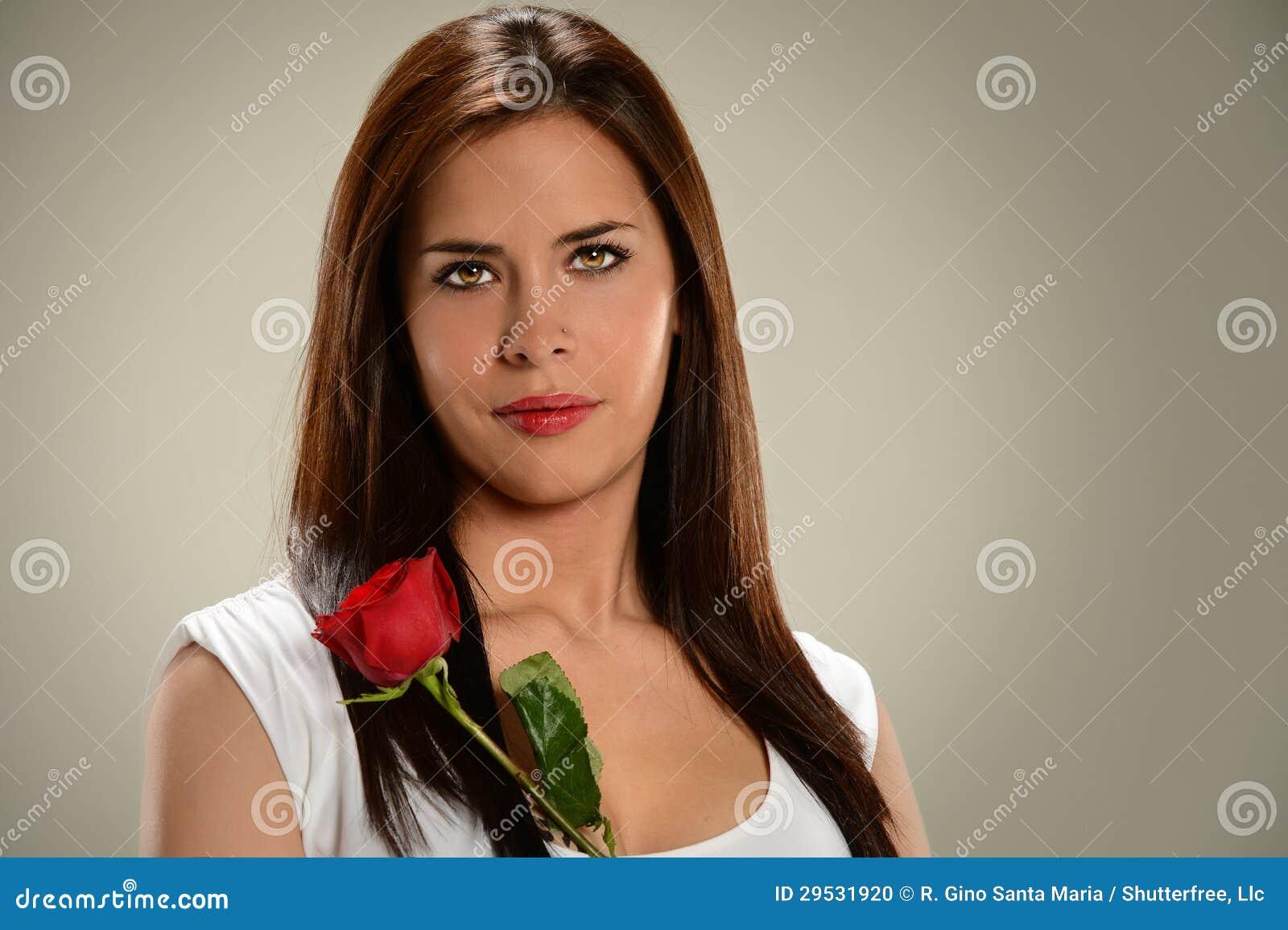 Femme hispanique tenant Rose