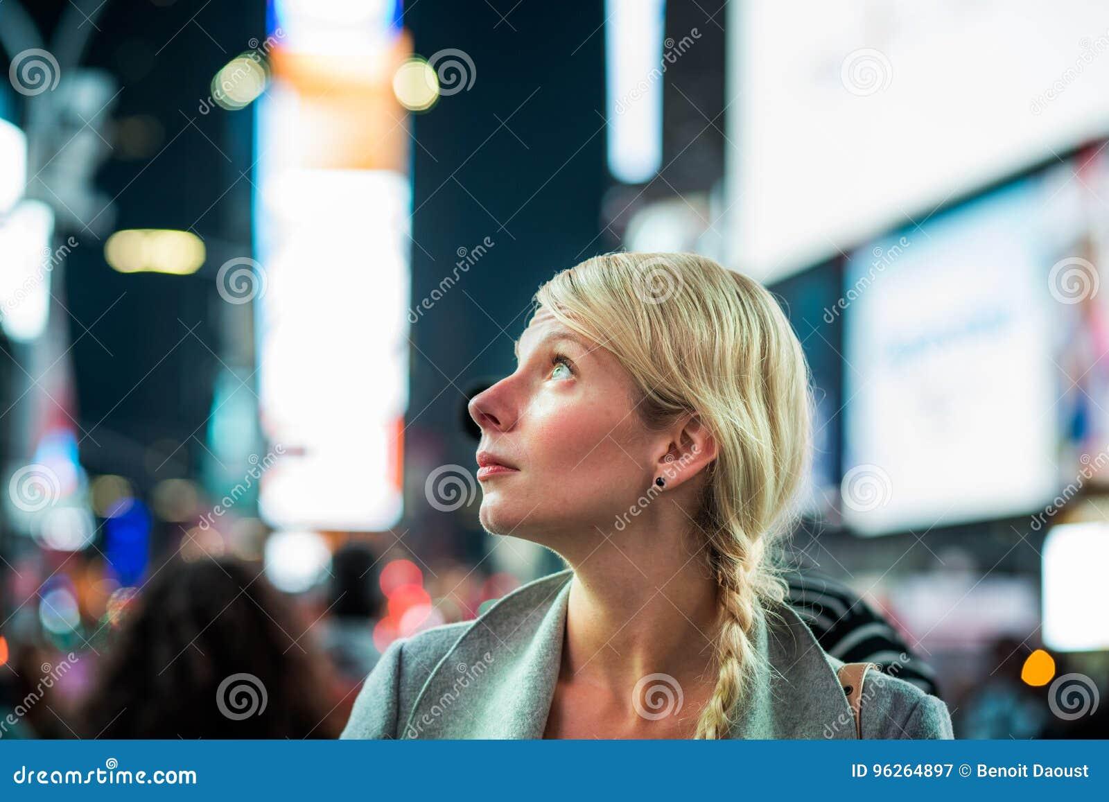 Femme impressionnée au milieu de Times Square