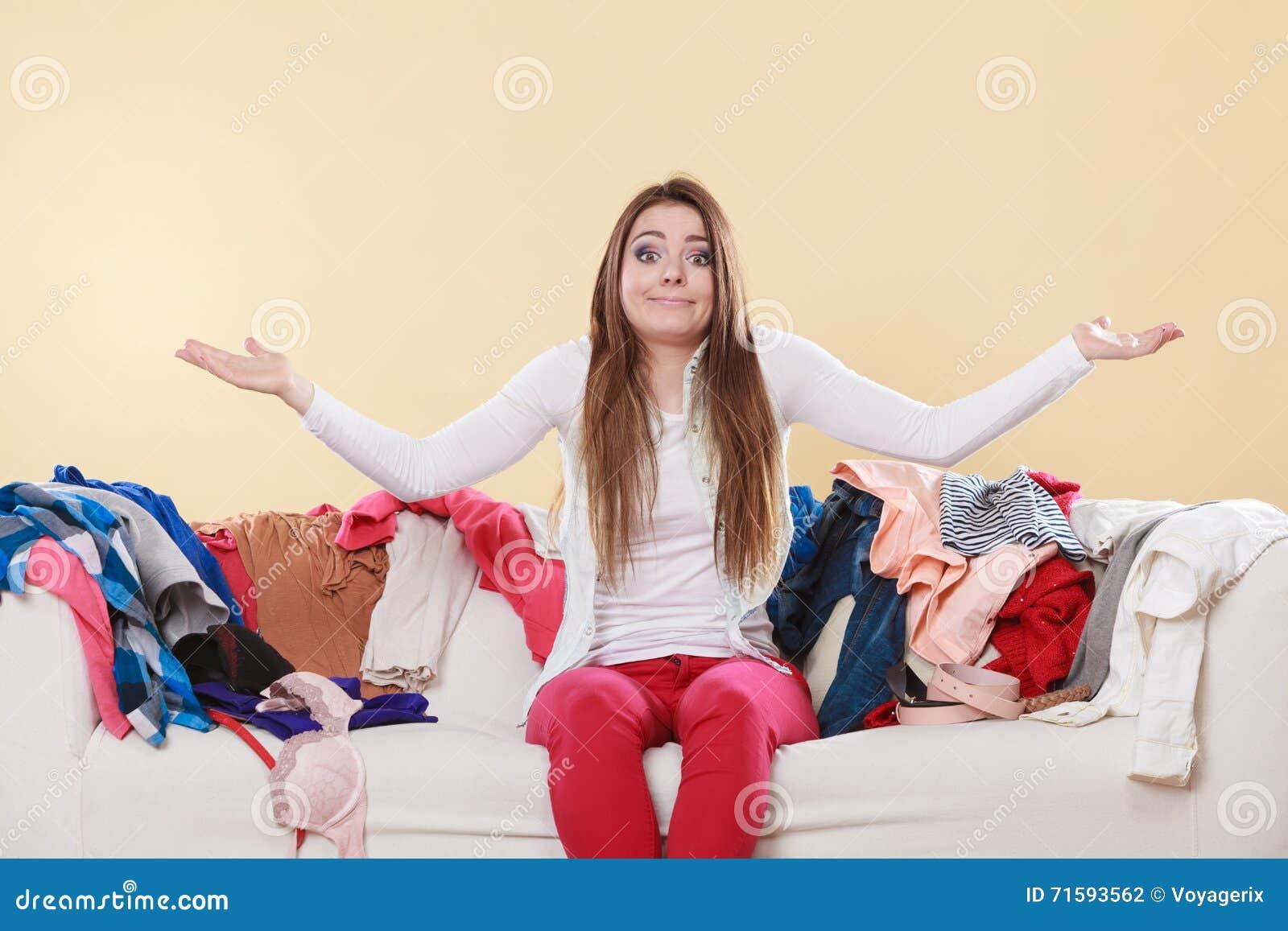 Femme Impuissante S'asseyant Sur Le Sofa Dans La Maison