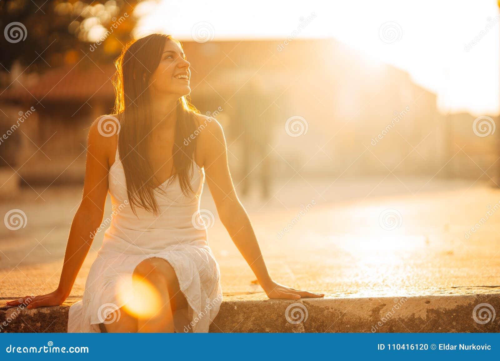 Femme insouciante appréciant en nature, beau soleil rouge de coucher du soleil Conclusion de la paix intérieure Mode de vie curat