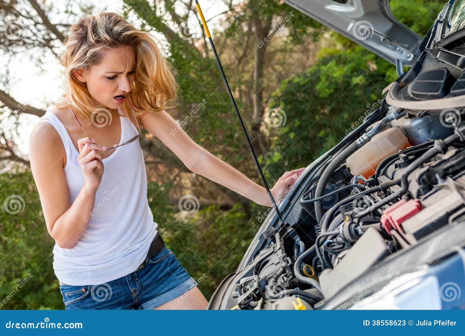 femme inspectant son moteur de voiture apr s une panne image stock image 38558623. Black Bedroom Furniture Sets. Home Design Ideas