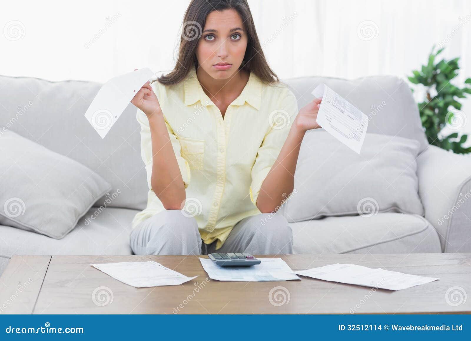 Femme intéressée faisant ses comptes