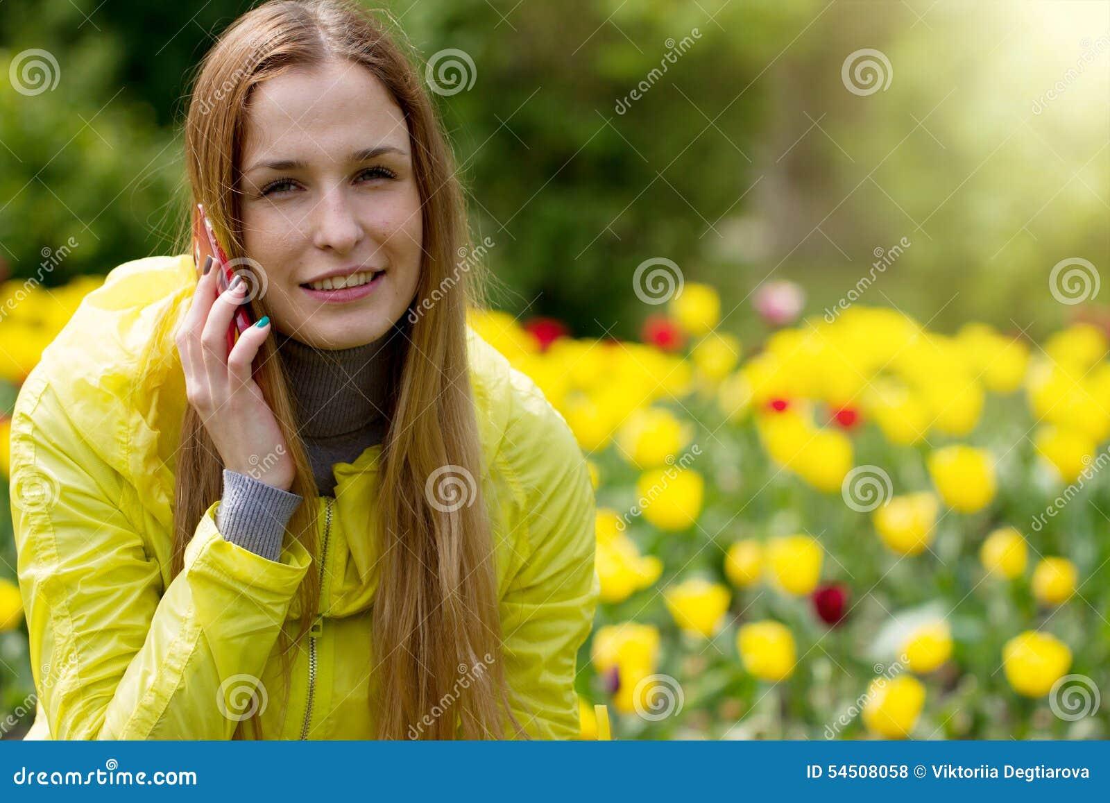 Femme invitant le téléphone portable