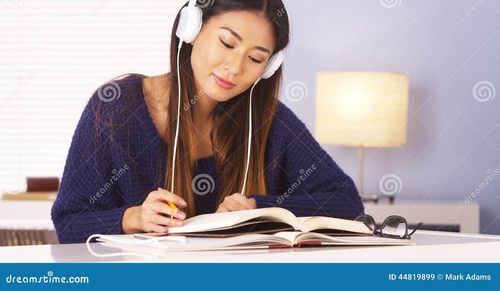 Femme japonaise écoutant la musique tout en faisant le travail