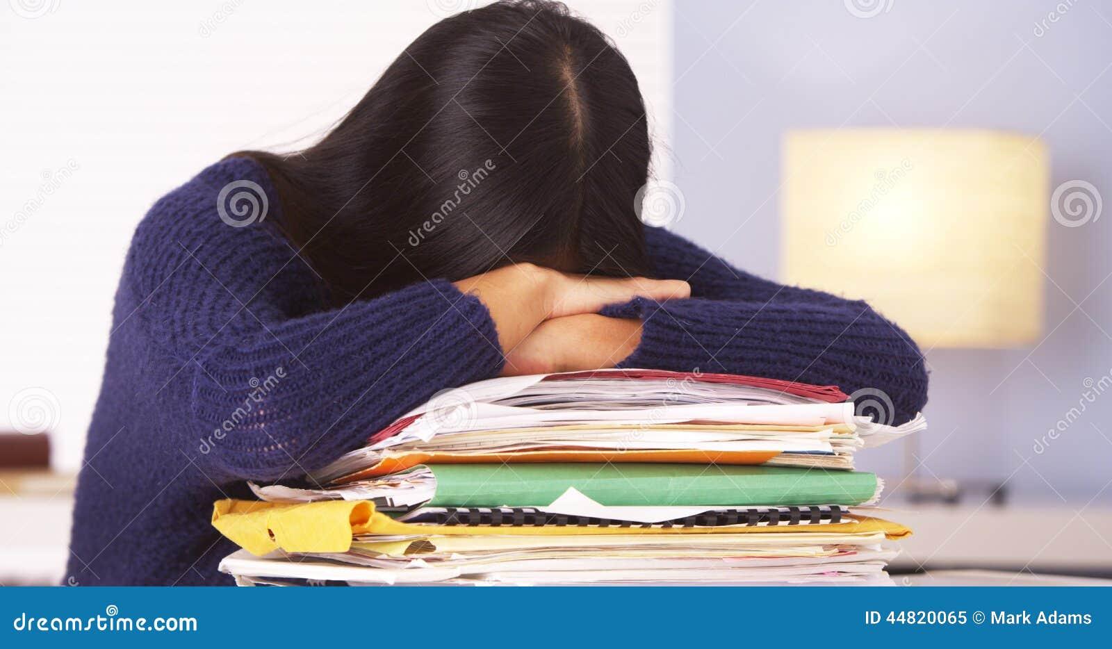 Femme japonaise fatiguée de faire des écritures