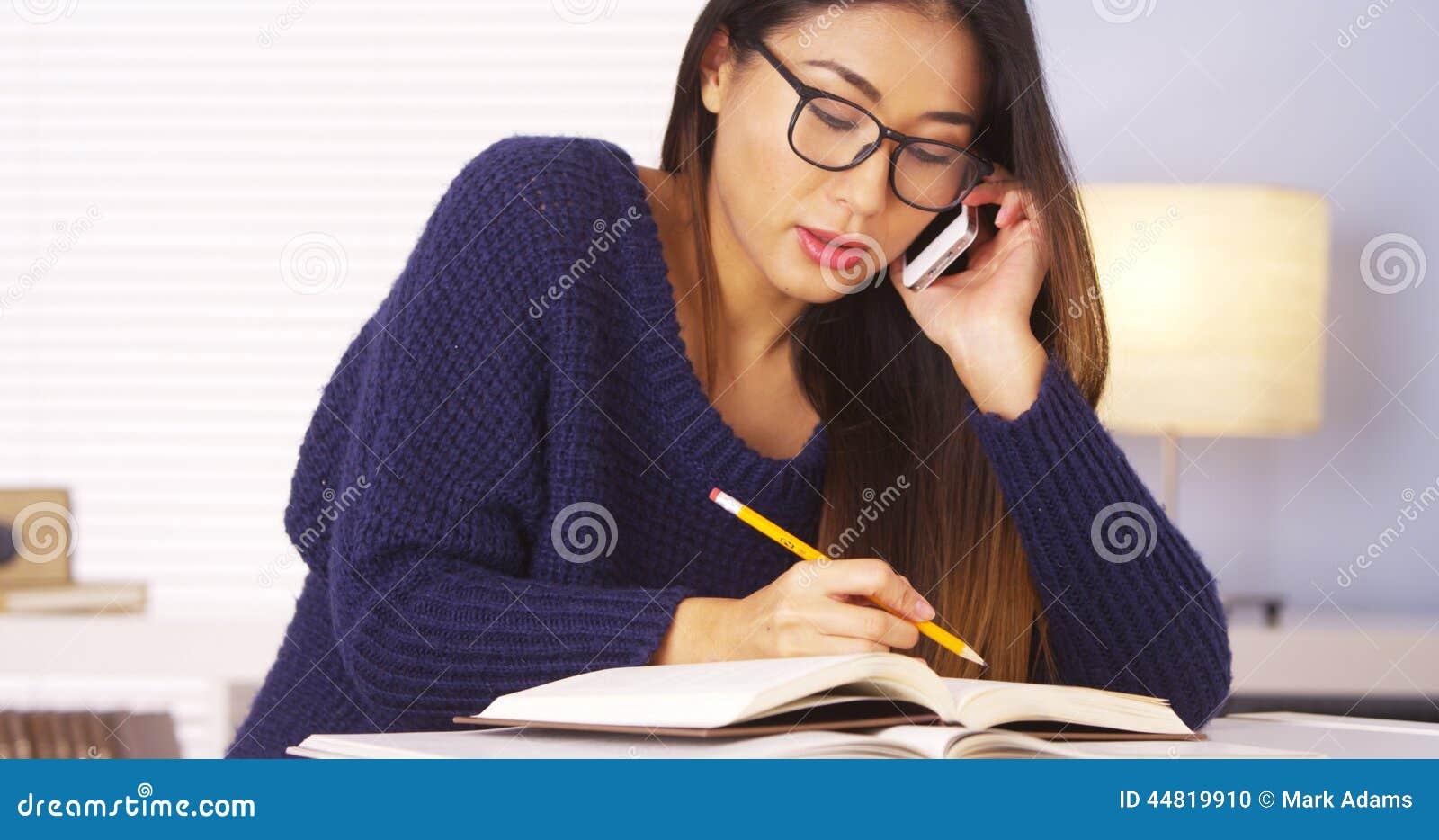 Femme japonaise parlant sur le smartphone pour l aide de devoirs