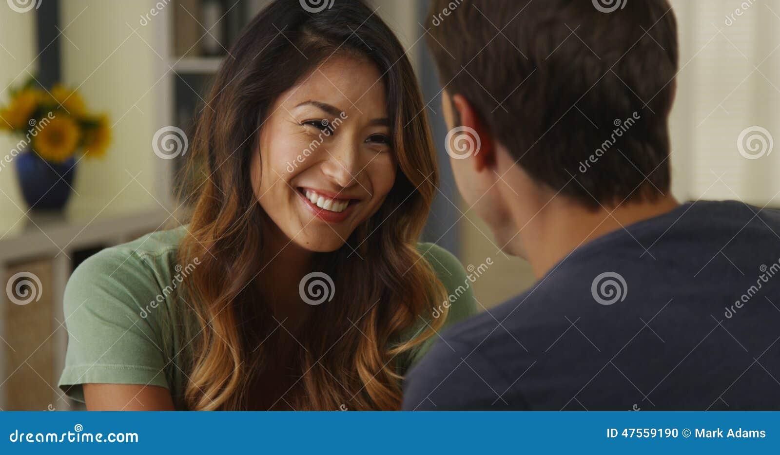 Femme japonaise souriant et parlant à l ami