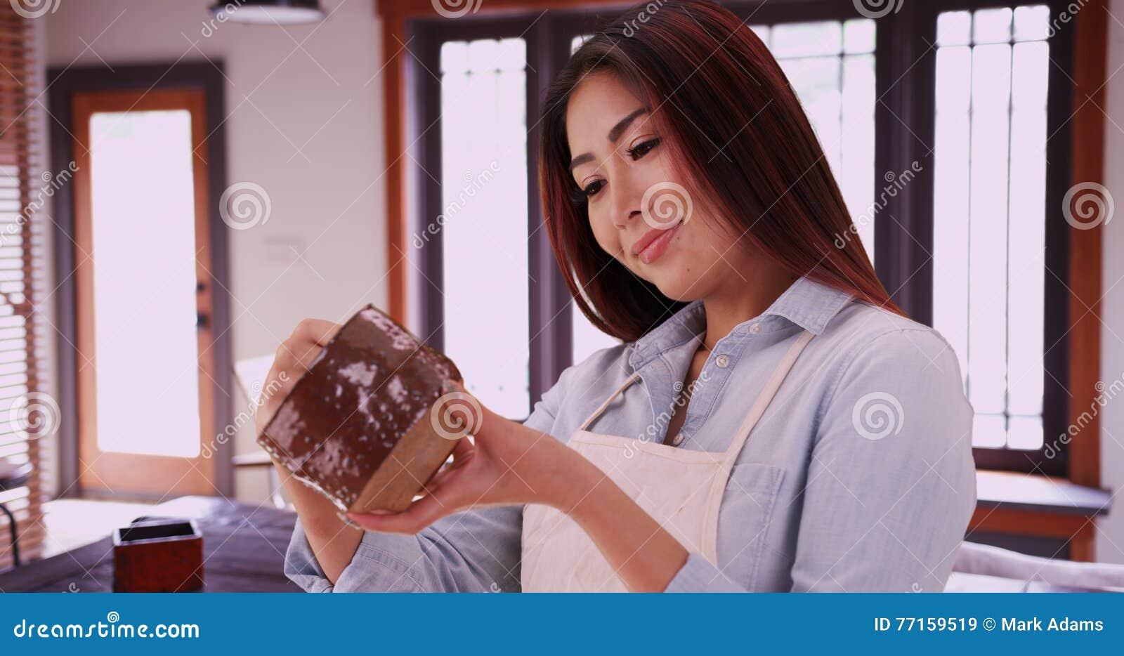 Femme japonaise tenant le morceau en céramique