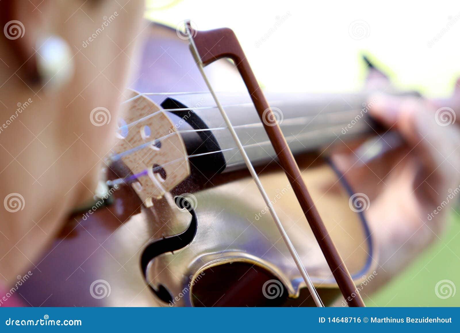 Femme jouant le violon
