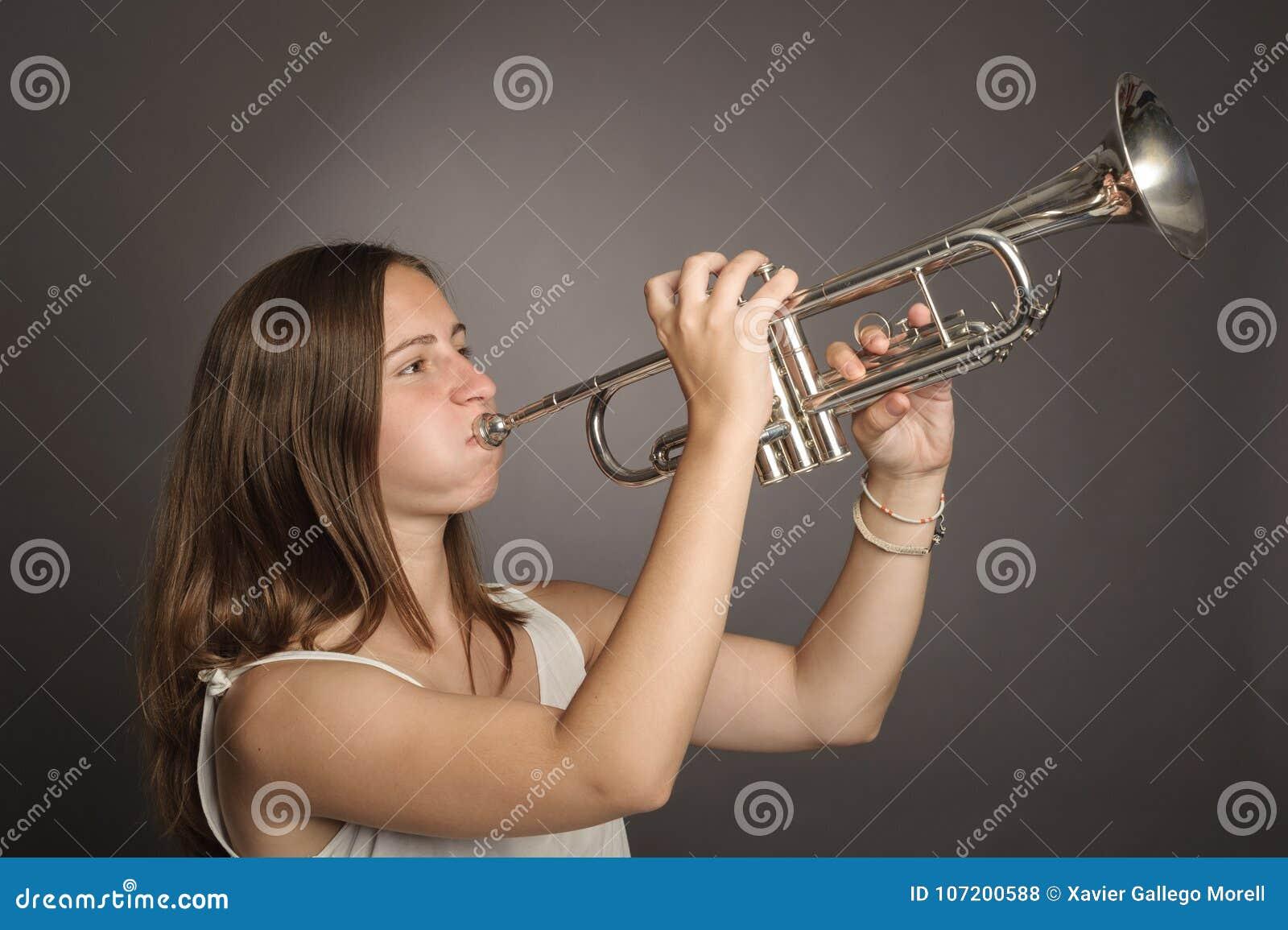 Femme jouant une trompette