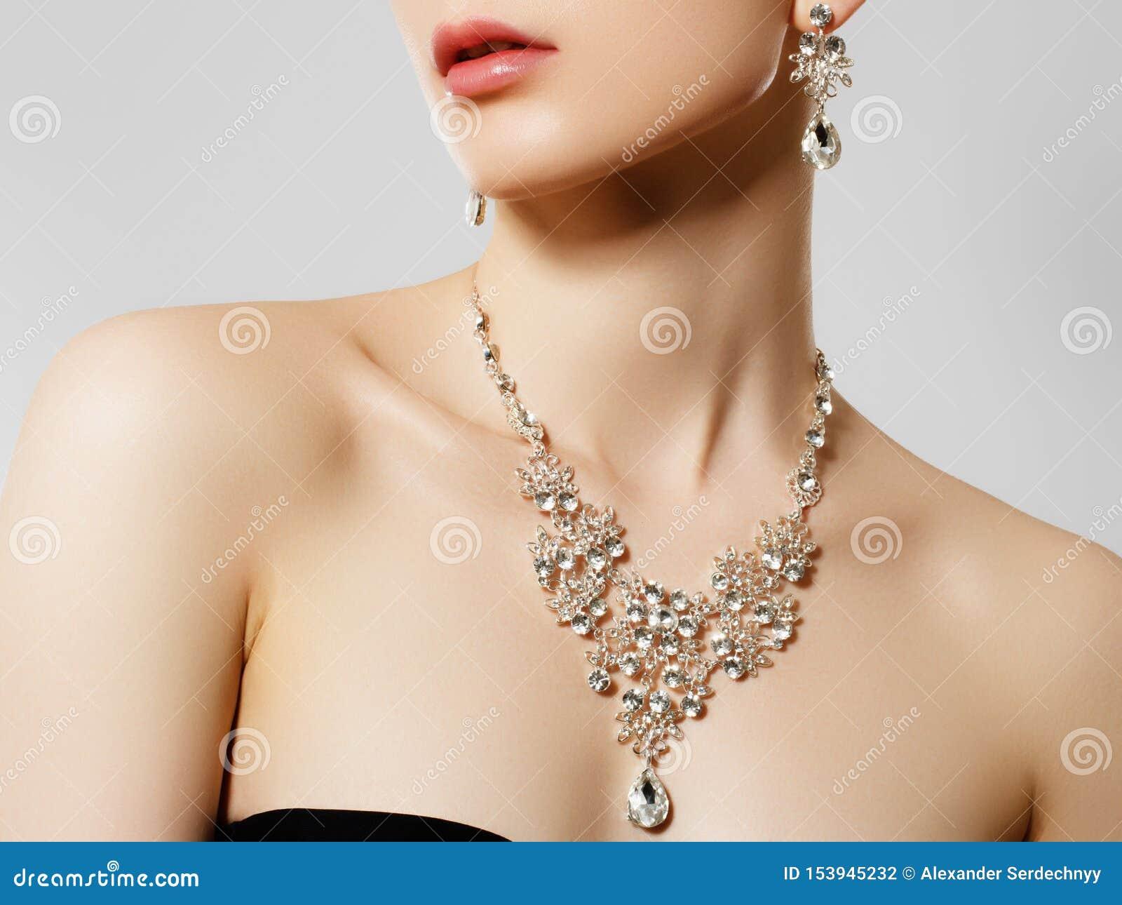 femme avec un collier