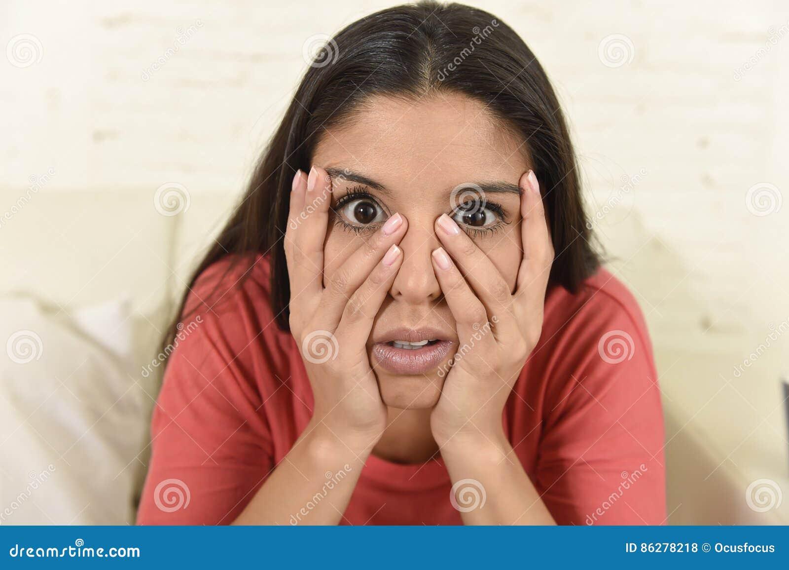 Femme latine reposant à la maison le divan de sofa dans le film d horreur effrayant de observation de télévision de salon