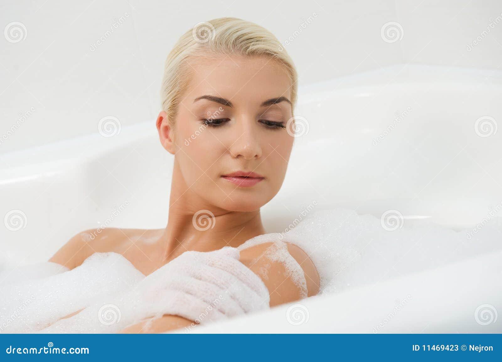 Femme lavant dans la salle de bains photos stock image 11469423 for Comfemme nue dans la salle de bain