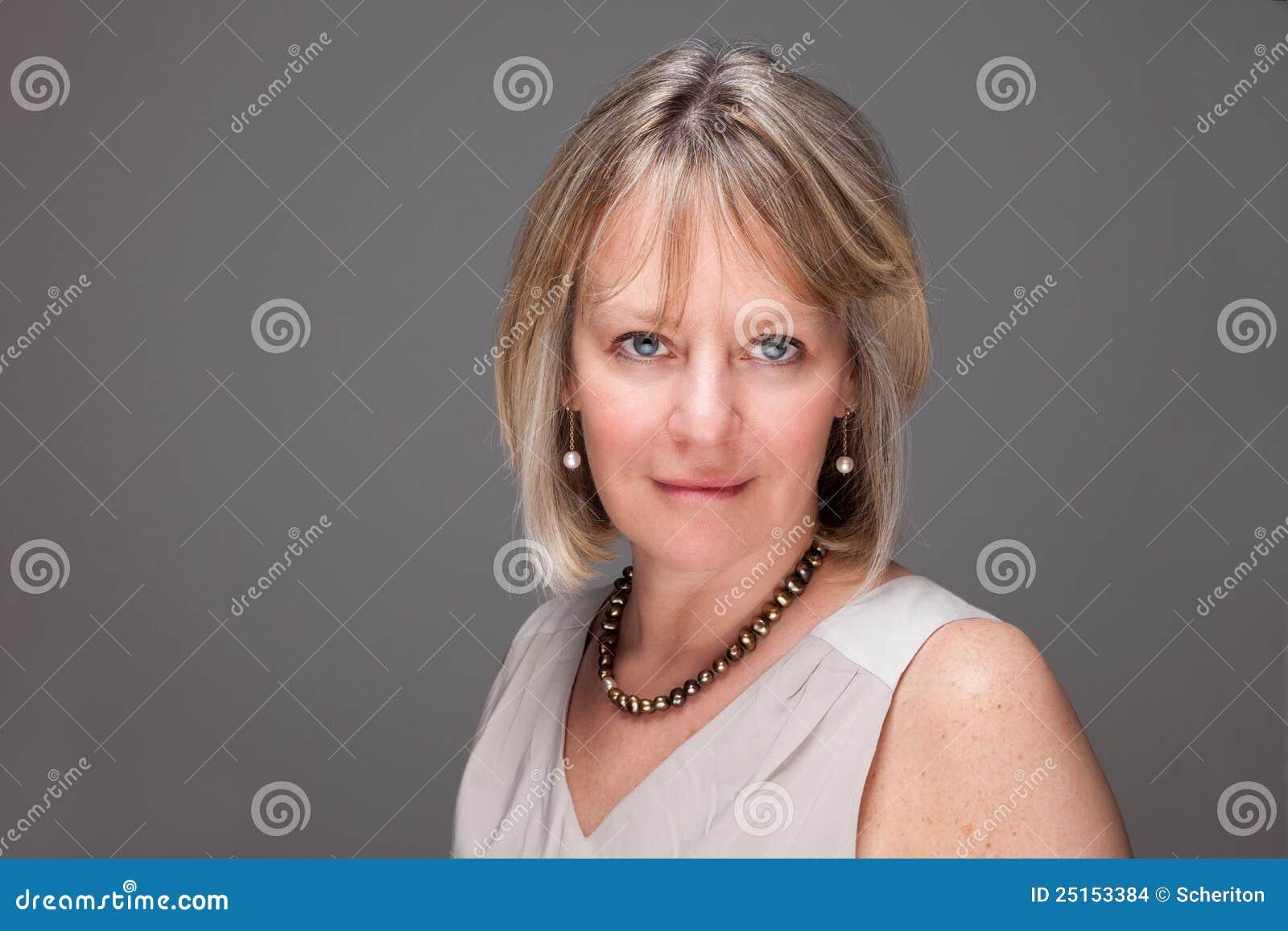 Femme mûr attirant avec le regard intense