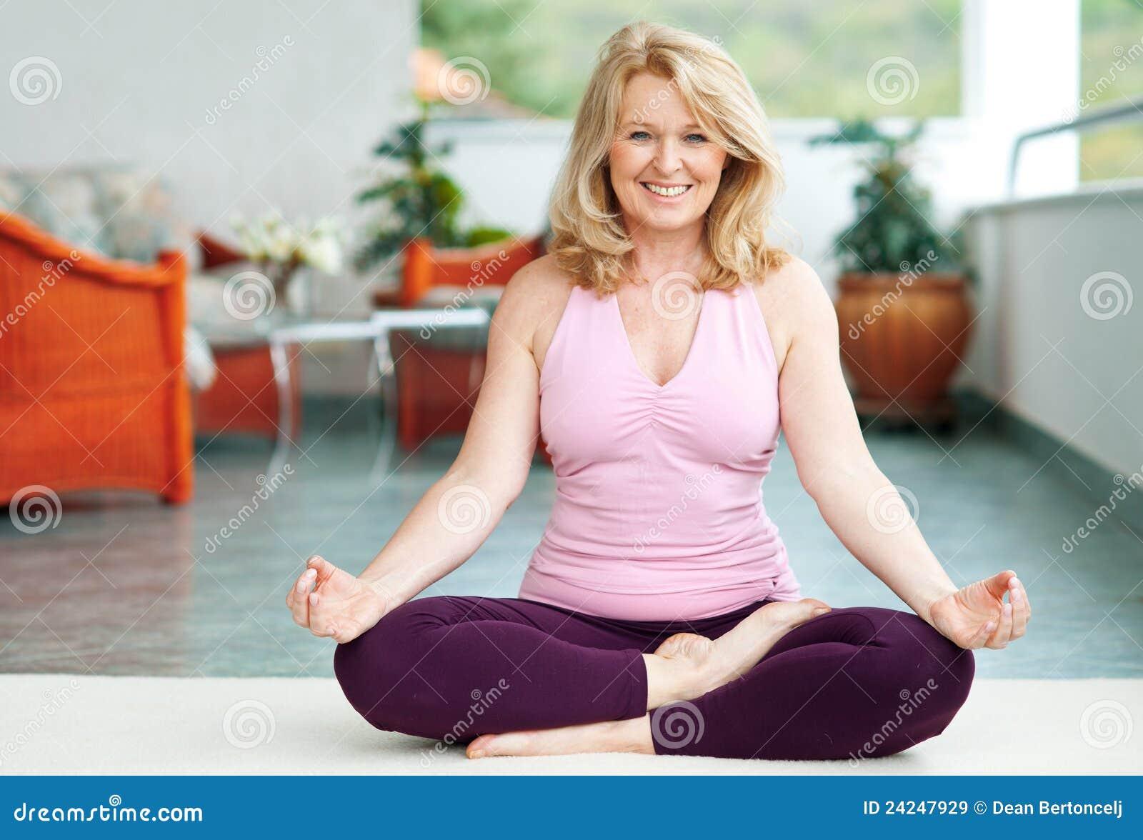 Femme mûre en position de yoga