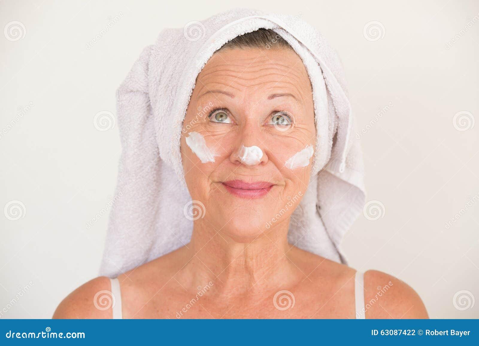 Download Femme Mûre Avec La Crème Hydratante Sur Le Visage Photo stock - Image du vieillissement, heureux: 63087422