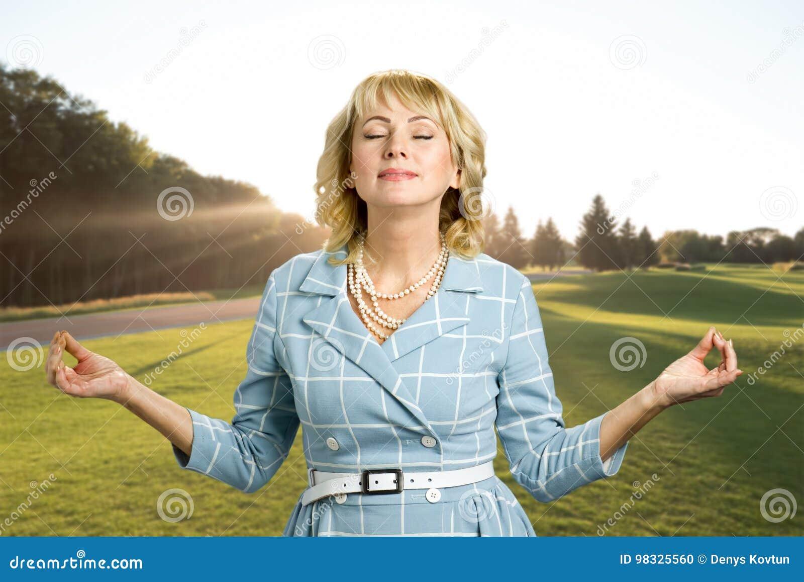 Femme mûre magnifique de relaxation de zen