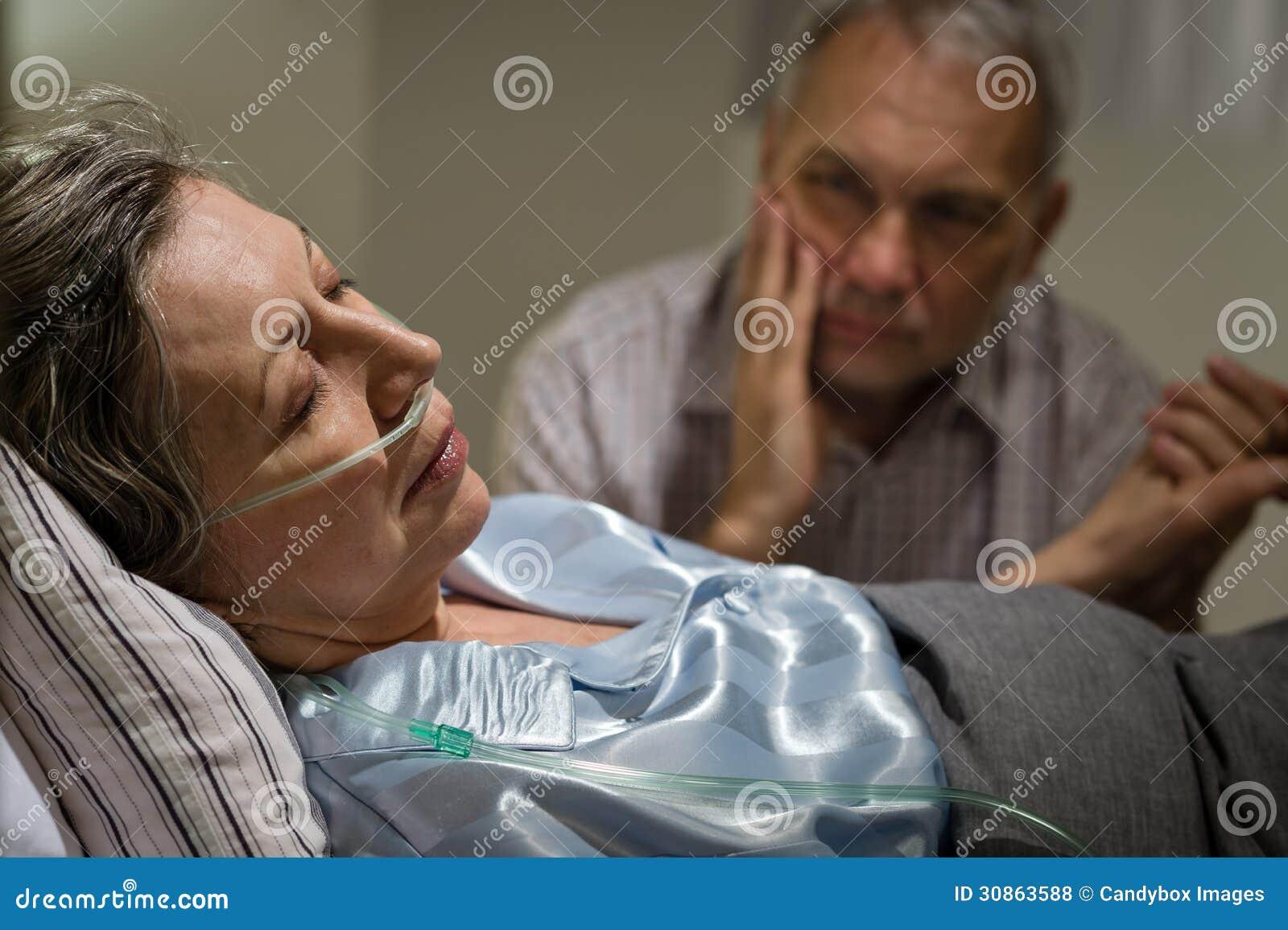 femme m re malade se situant dans le lit photo stock image du maladie triste 30863588. Black Bedroom Furniture Sets. Home Design Ideas