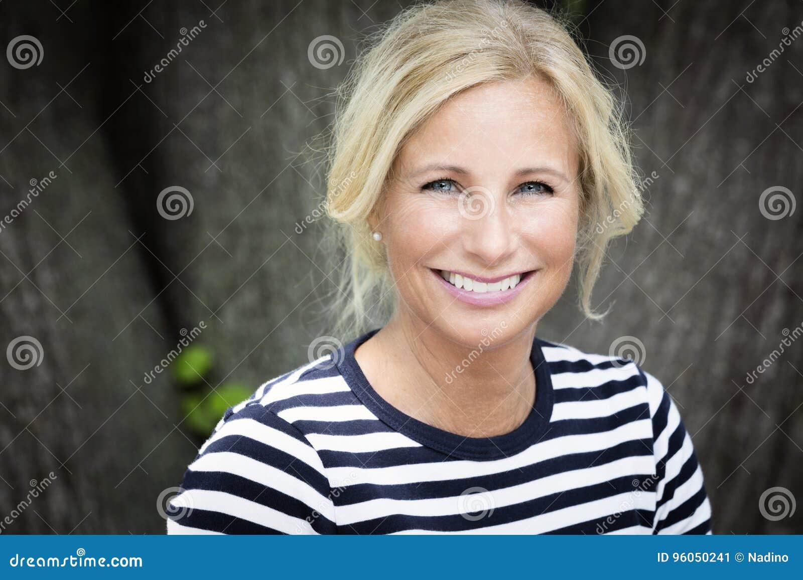 Femme mûre souriant à l appareil-photo