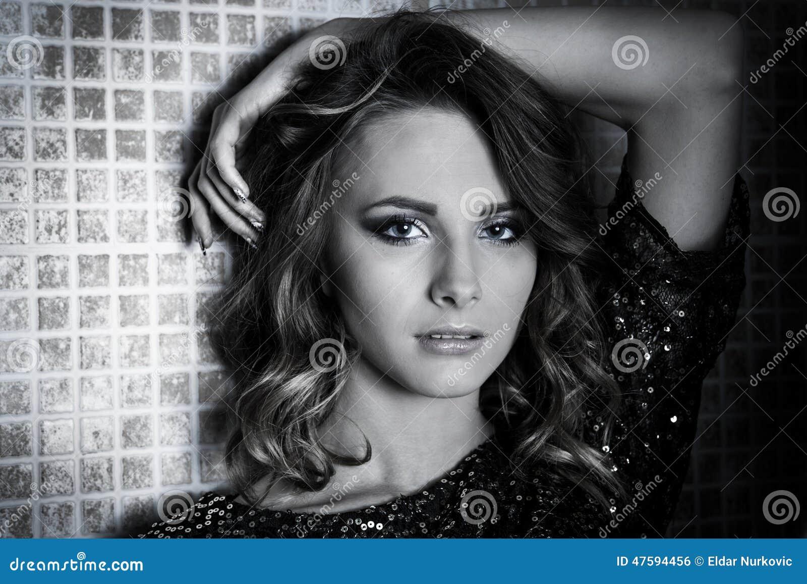 Femme magnifique de brune avec les cheveux bouclés noirs et blancs