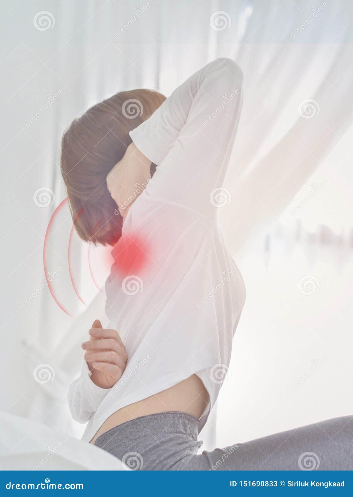 Femme malade avec douleur