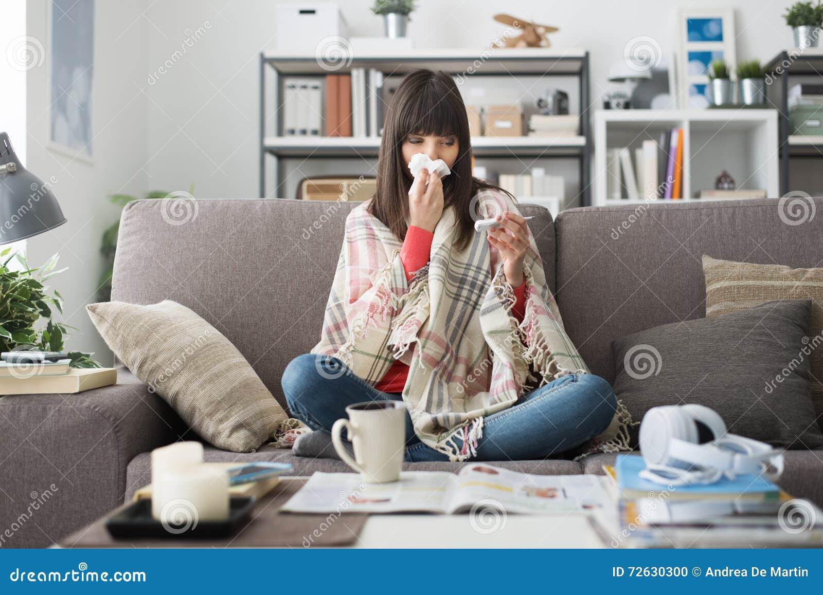Femme malade avec le froid et la grippe