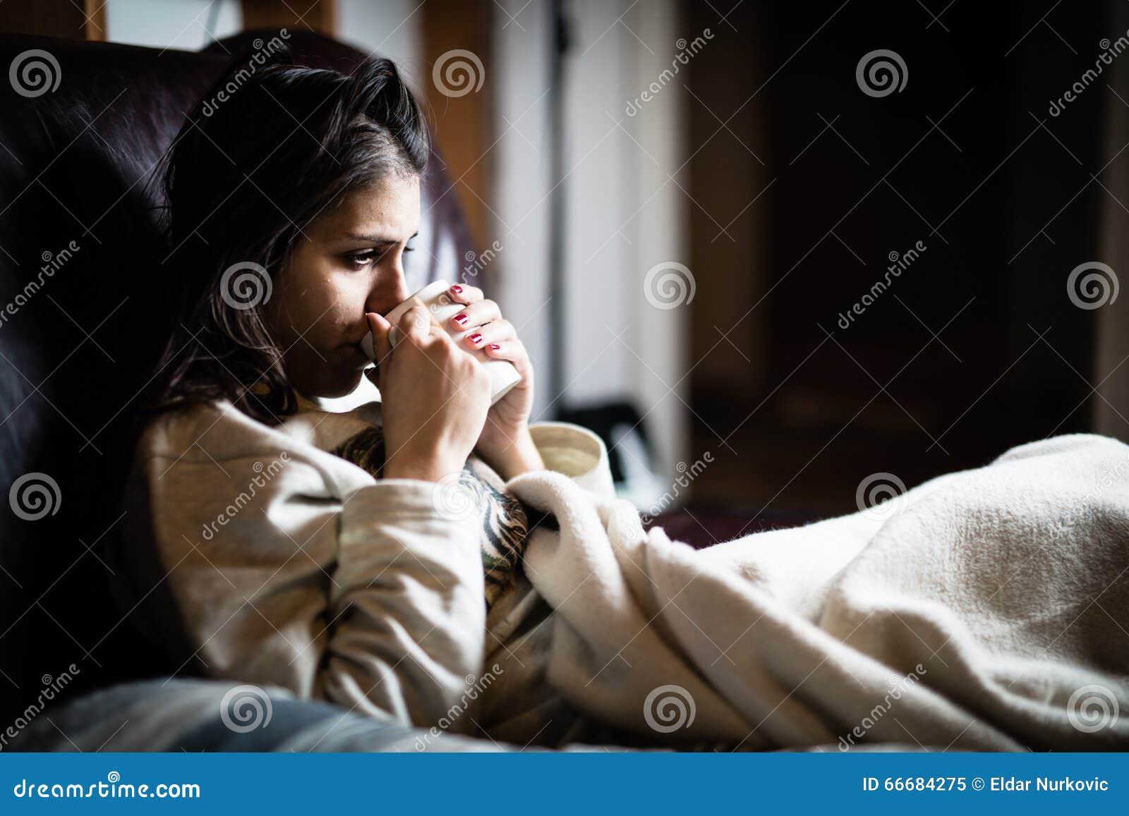 femme malade dans le lit appelant dans le malade jour de cong de travail tisane potable. Black Bedroom Furniture Sets. Home Design Ideas