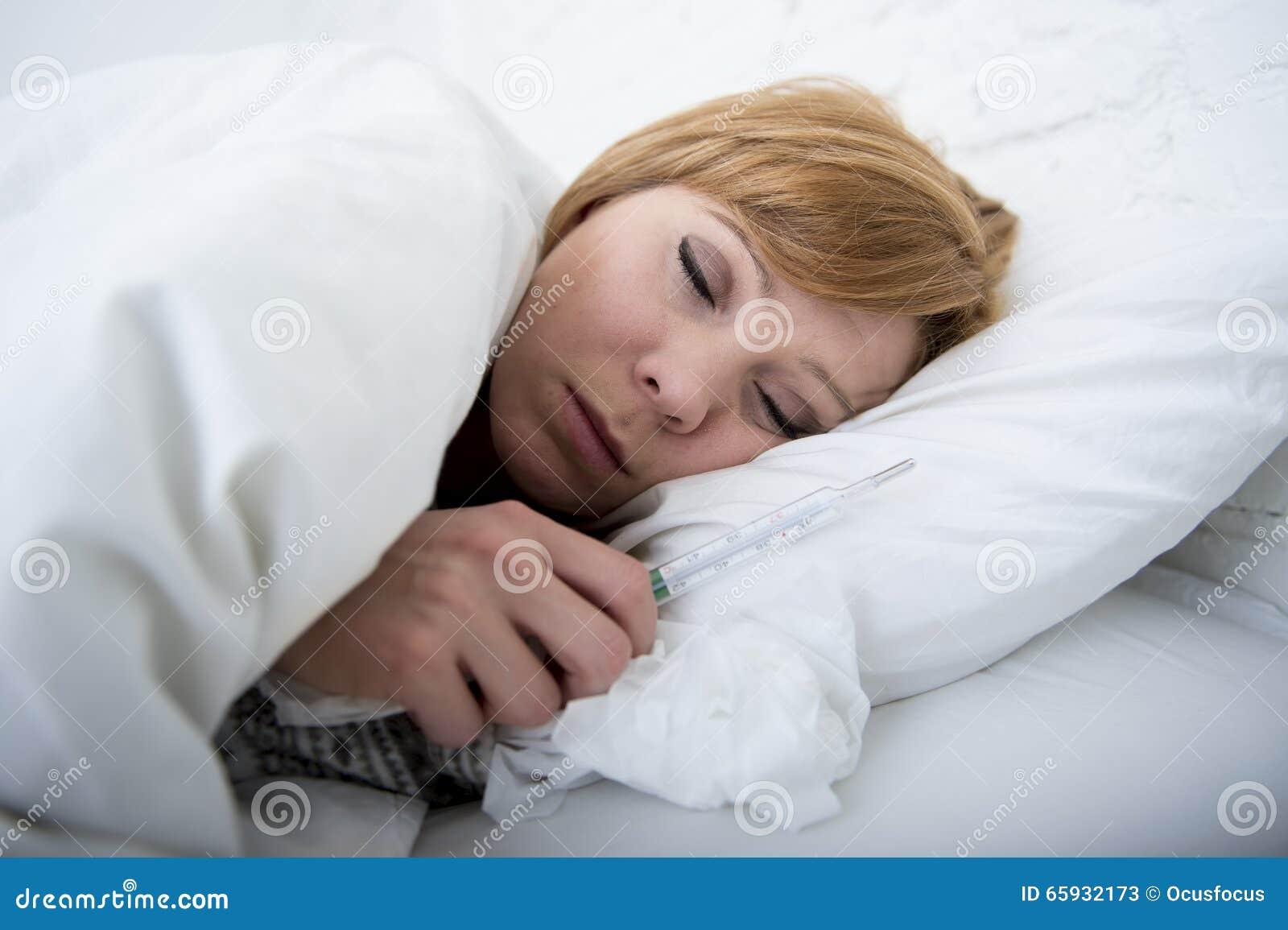 femme malade dans le lit avec le virus froid de grippe d 39 hiver de douleur faible f brile de. Black Bedroom Furniture Sets. Home Design Ideas