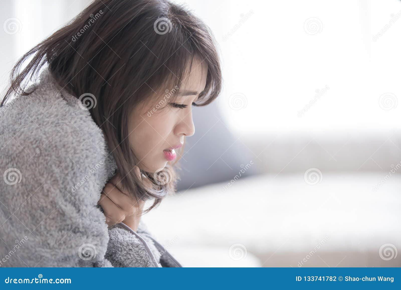 Femme malade et se sentir froid