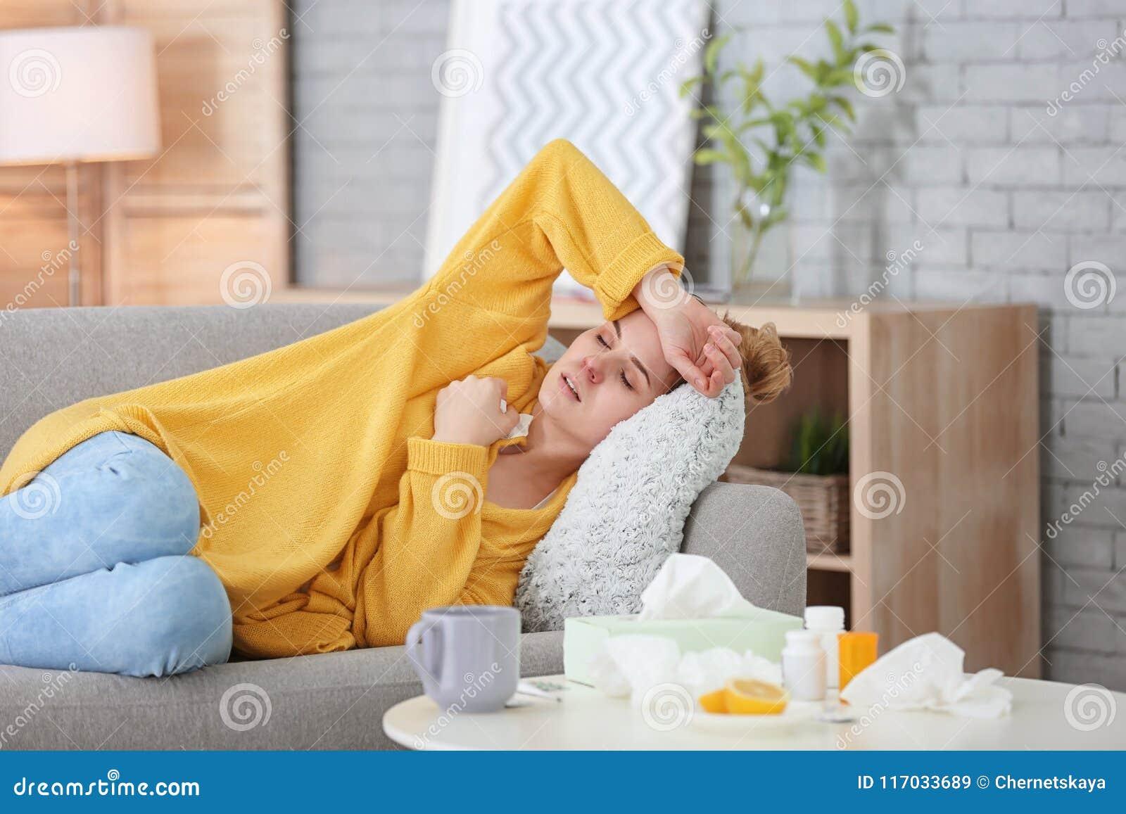 Femme malade souffrant du froid sur le sofa