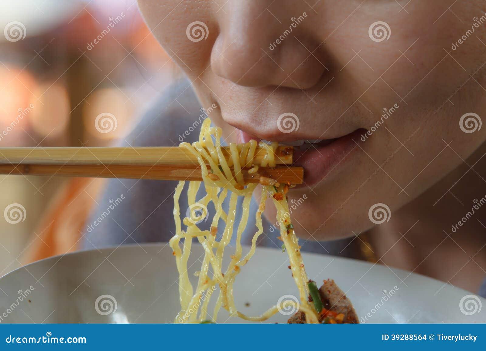 Femme mangeant des nouilles