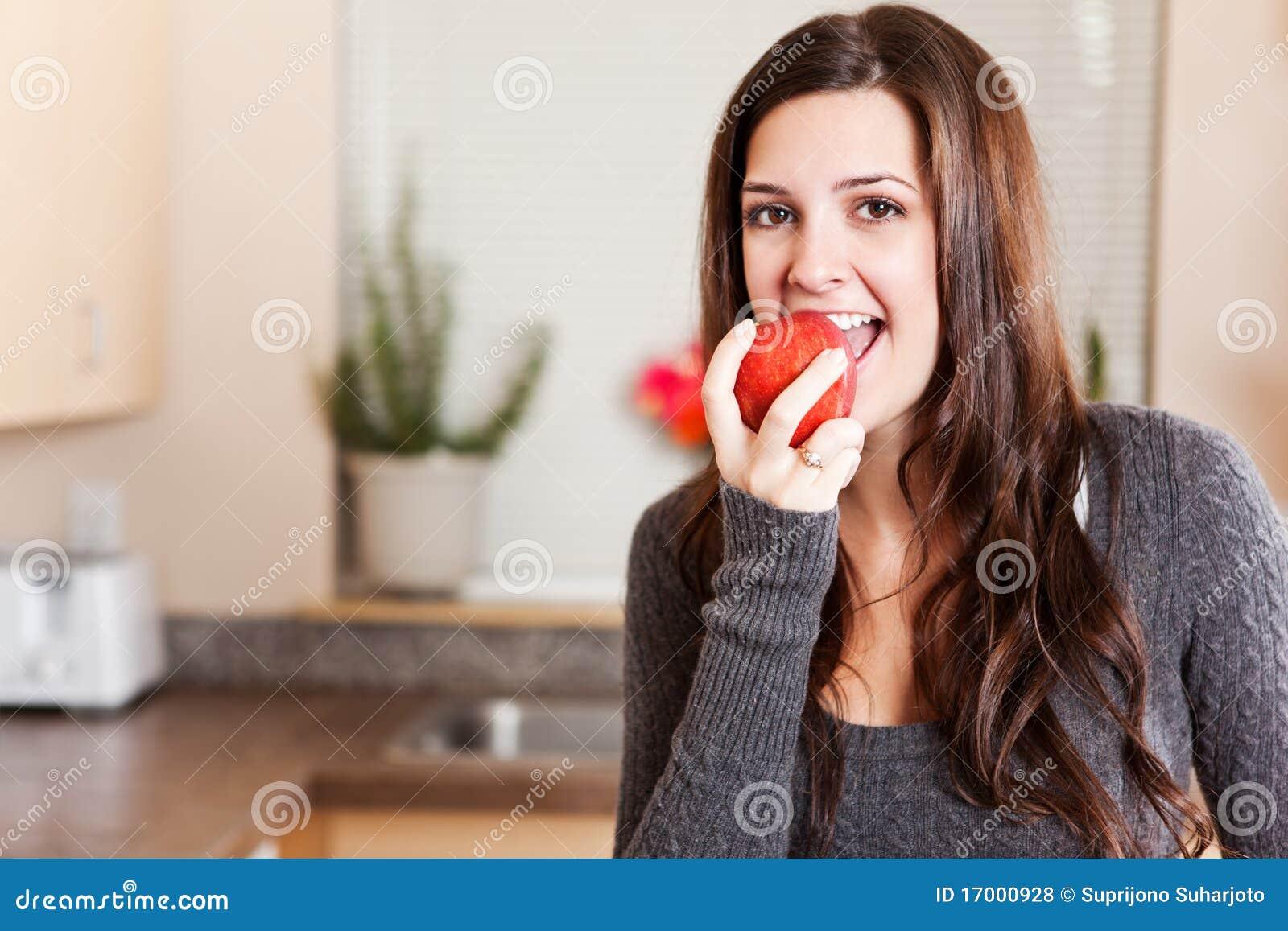 Femme mangeant la pomme