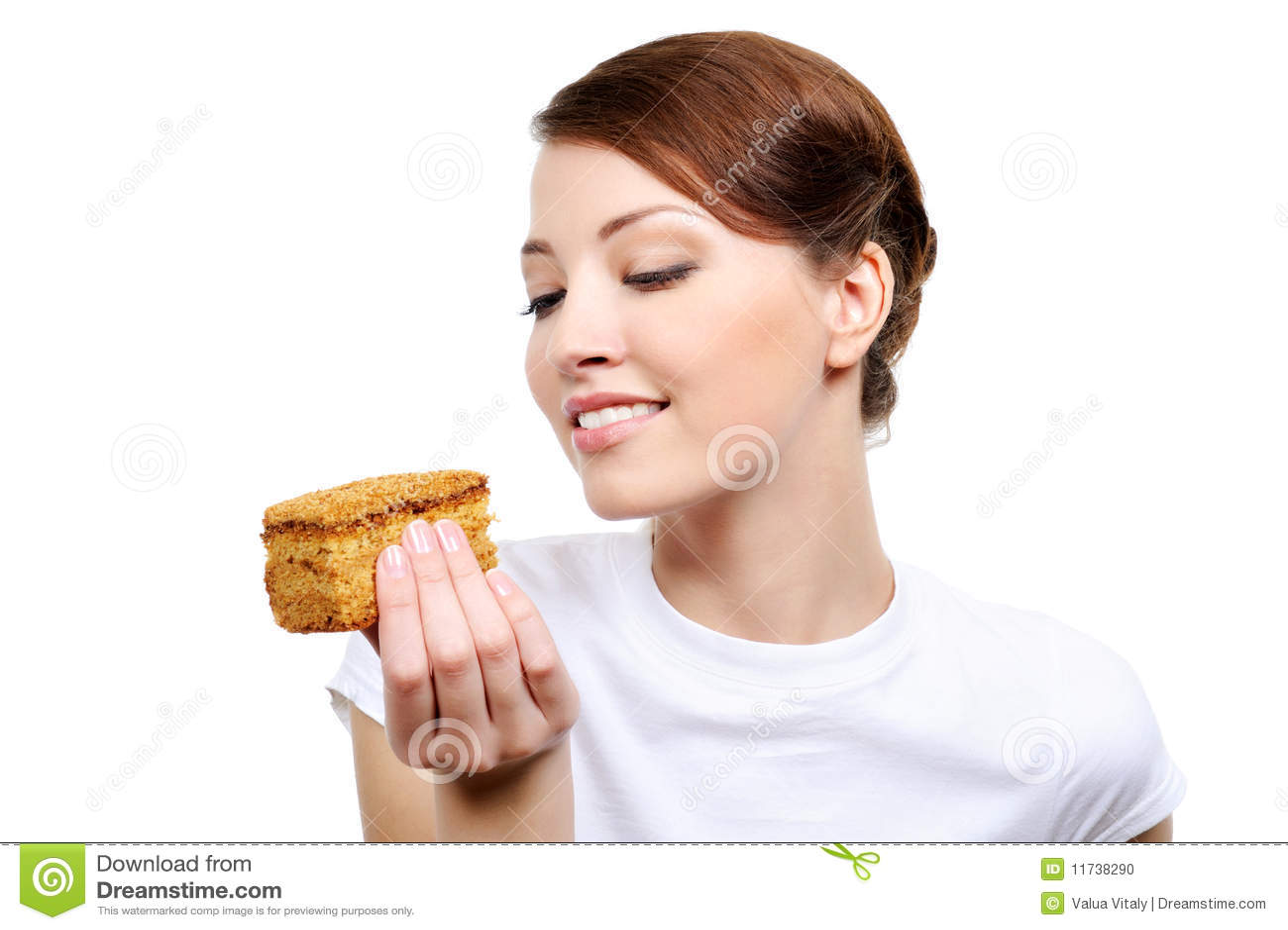 Femme mangeant le gâteau